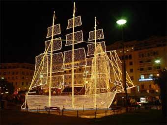 Todos los puertos griegos iluminan sus barquitos.