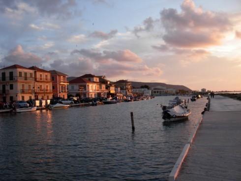 Pasear por el puerto de Lefkada, navegando por Grecia