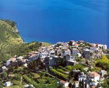Alonisos.jpg.Grecia con un velero: isla de Alonisos